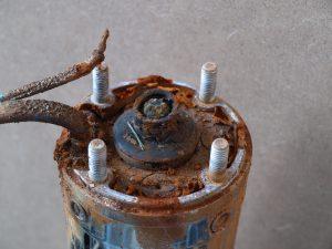 A földelés hiánya miatt korrodált tengelyű szivattyú motor (forrás: www.aquarex.hu)