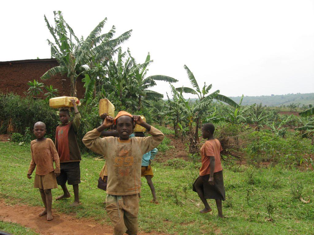 Vízszállítás Ruandában (forrás: www.aquarex.hu)